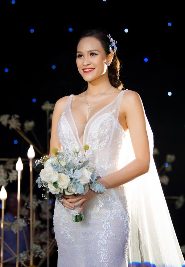 Nhờ bộ trang sức tinh tế cùng cách make-up và kiểu váy đuôi cá, khoét ngực sâu, cô dâu Phương Mai trở nên quyến rũ hơn khi tiến vào lễ đường.