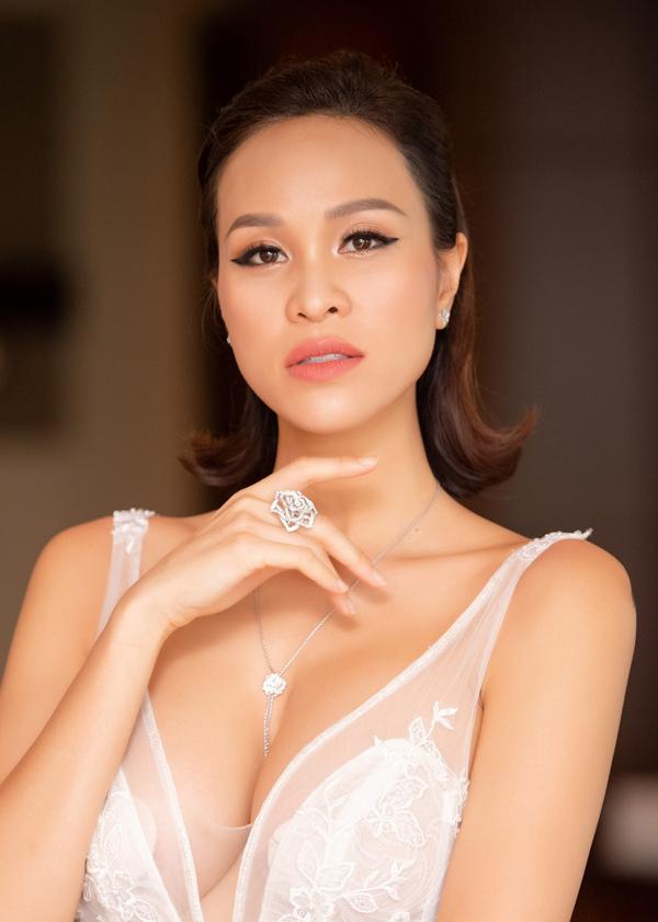 Nữ người mẫu hé lộ, sợi dây chuyền có giá gần 300 triệu đồng, còn đôi bông tai khoảng 224 triệu đồng. Tổng giá trị bộ trang sức cưới lên tới con số hơn 1,4 triệu đồng.