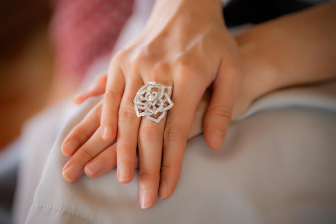 Chiếc nhẫn được thiết kế cách điệu như bông hoa hồng đính hàng chục viên kim cương. Món phụ kiện có giá khoảng 884 triệu đồng.