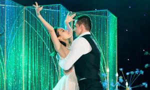 Vợ chồng Phương Mai khiêu vũ say đắm trong hôn lễ