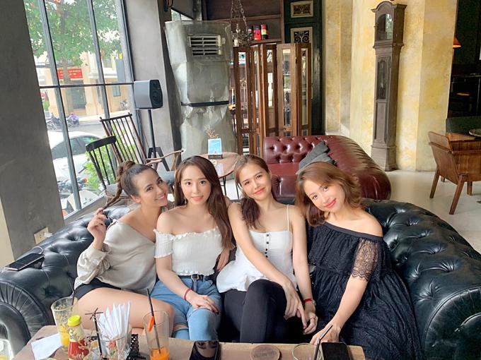 Huyền Lizzie, Quỳnh Nga, Phanh Lee, Vân Hugo hội ngộ chung một khung hình,khoe nhan sắc xinh đẹptuổi 30.