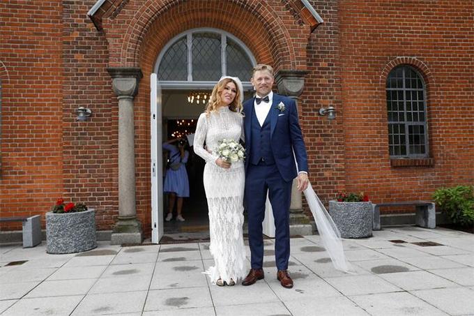 Peter Schmeichel và người đẹpLaura von Lindholm gắn bó với nhau trong nhiều năm qua nhưng phải tới hôm 15/6, cặp đôi mới kết hôn. Đám cưới của hai người được tổ chức tại nhờ thờEgebaeksvang, ởEspergaerde, Copenhagen, Đan Mạch.