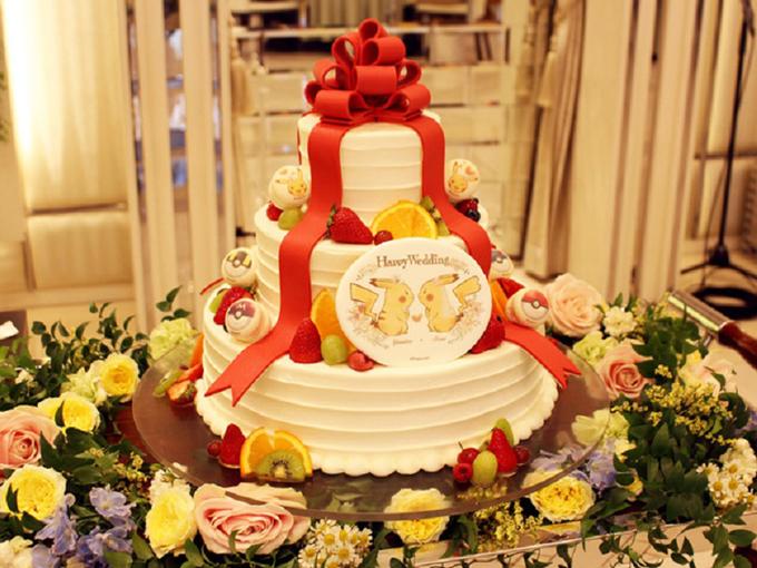 Bánh cưới của uyên ương được trang trí bởi hình ảnh của Pikachu...