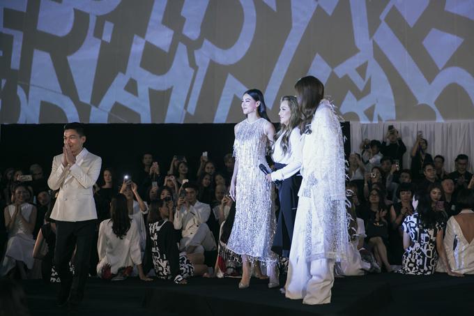 Nhà thiết kế Adrian Anh Tuấn, Phương Khánh, Thanh Hà, Hương Giang (từ trái qua phải) ở màn kết chương trình.
