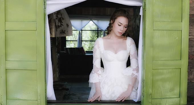Với lối dựng váy phom dáng corset có từ thế kỷ 19, thiết kế khiến dáng hình của Mỹ Tâm trở nên hút ánh nhìn, có đường cong với vòng eo nhỏ, ngực và hông trở nên to hơn.