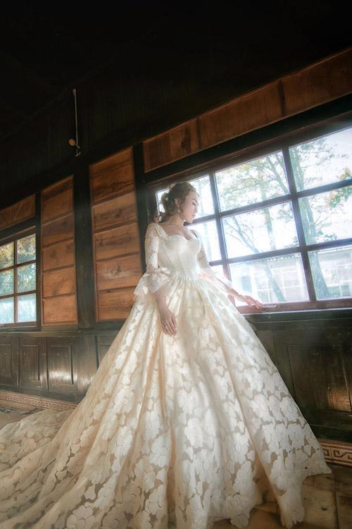 Sáng 17/6, một trang báo mạng đã ghi lại được hình ảnh tình cảm củaMỹ Tâm và Mai Tài Phến, làm dấy lên tin đồn phim giả tình thật, khiến người yêu mến cặp saomong về một cái kết hạnh phúc của cả hai.Trước khi tin đồn được kiểm chứng, người hâm mộ củaMỹ Tâm cũng từng được chứng kiến nữ ca sĩhóa thân thành cô dâu trong một bộ váy cưới mang phom dáng xòe phồng, giống như nàngcông chúa bước ra từ câu chuyện cổ tích.