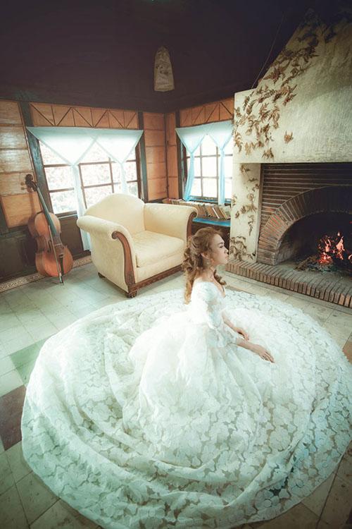 Bộ đầm được điểm hoa ren trên nền voan dọc thân váy, mang lại sự nữ tính cho người diện.