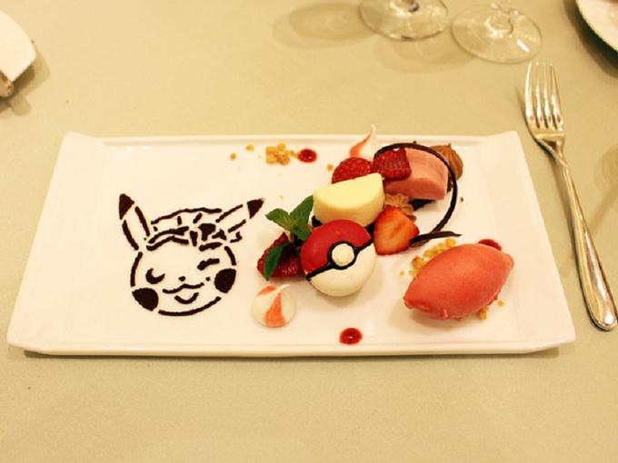 Món tráng miệng được trang trí với hình ảnh của chú Pikachu và quả cầu Poke Ball trong truyện Pokemon.
