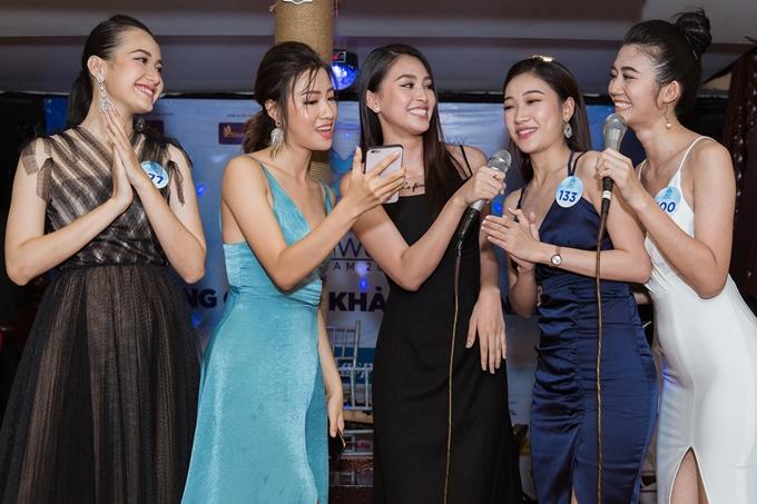 Tiểu Vy và các thí sinh cùng nhau biểu diễn một tiết mục văn nghệ.