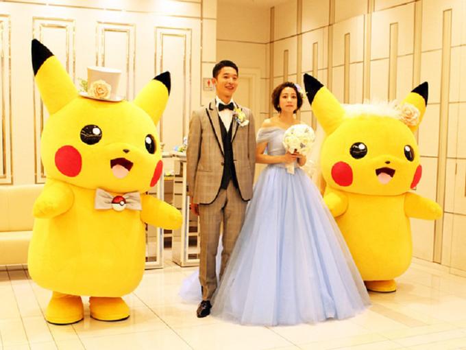 Pikachu có mặt xuyên suốt ở tiệc cưới, từ việc đứng cửa chào khách, khung ảnh để bàn cho đến các món ăn. Xu hướng tổ chức tiệc có concept Pikachu ngày càng được đông đảo cô dâu chú rể Nhật ưa chuộng, gợi nhắc về bộ truyện tranh tuổi thơ của nhiều người.