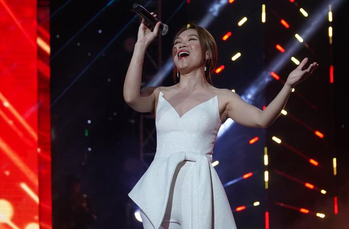 Nữ ca sĩ vẫn chạy show đều đặn từ Nam ra Bắc. Ở chương trình nào cô cũng được khán giả ủng hộ nhiệt tình.