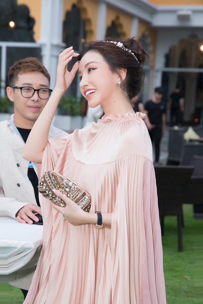 Trong đêm diễn, Hoa hậu Lam Cúcrạng rỡ cạnh stylist Hoàng Ku.