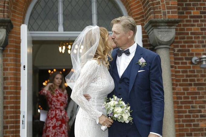 Trong lễ cưới,Schmeichel và bà xã liên tục trao nhau những nụ hôn ngọt ngào. Cả hai đều rất trẻ trung, phong độ so với tuổi.Schmeichel năm nay 55 tuổi còn Laura 46.