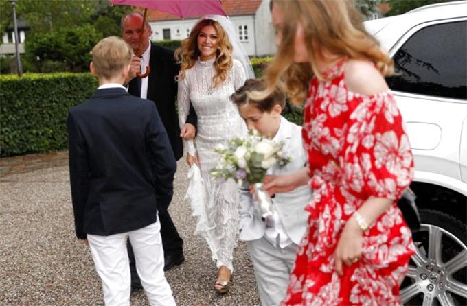 Cô dâu của cựu danh thủ MU mặc chiếc váy trắng bước vào nhà thờ làm lễ.