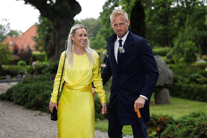 Kasper Schmeichel cùng vợStine Gyldenbrandđến mừng ngày vui của bố. Lễ cưới có sự tham dự của khoảng 200 khách mời, trong đó, vợ cũ của Peter Schmeichel làBente và con gáiCecilie cũng góp mặt. Cựu danh thủ MU và vợ cũBente từng có 31 năm chung sống trước khi chia tay hồi năm 2013.