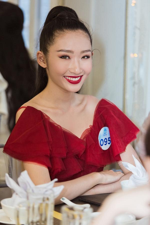 Thanh Khoa hiện là người mẫu chuyên nghiệp, từng lọt top 10 Hoa khôi Áo dài 2016.