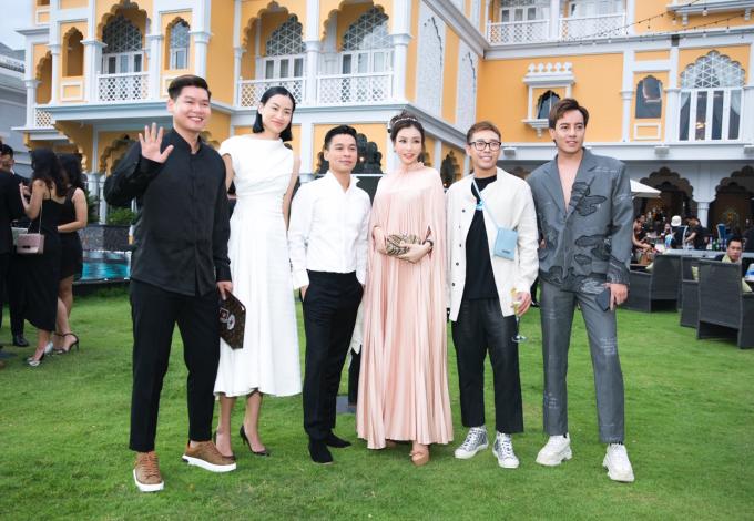 Cô chụp hình lưu niệm cùng chủ nhân show diễn - NTK Adrian Anh Tuấn (chính giữa) cùng một số khách mời tại sự kiện.