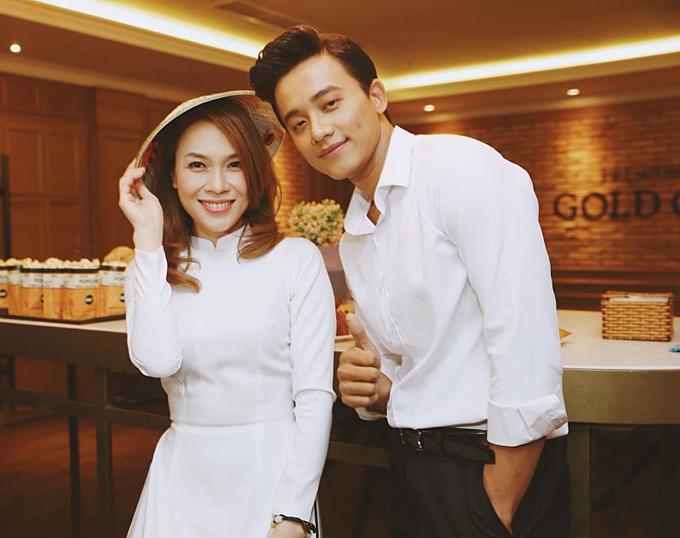 Mỹ Tâm đã diện áo dài thì Mai Tài Phến cũng chọn áo sơmi trắng thư sinh.