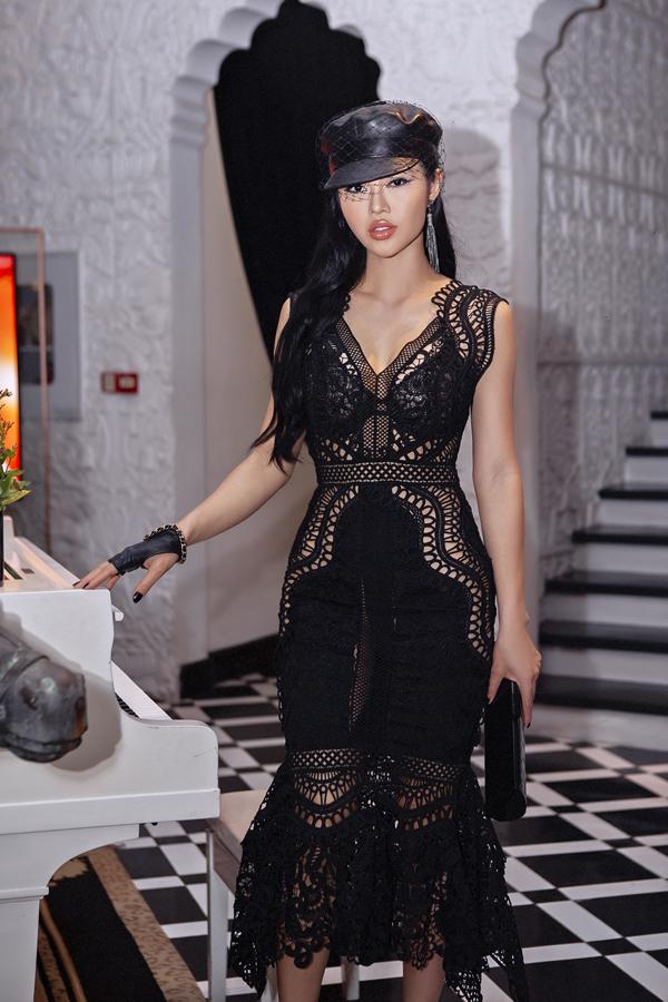 Julia Hồ khiến mình nổi bật nhờ bộ váy ren đen sexy.