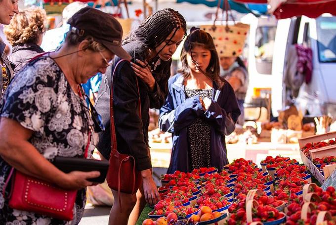 Malia cũng dạo một vòng quanh chợ và đang tìm mua một ít hoa quả. Cô sắp là sinh viên năm ba trường Đại học Harvard.