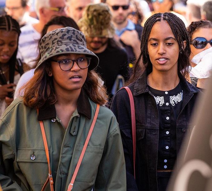 Trước đó một ngày, Malia và Sasha tranh thủ ghé thăm khu chợđồ cổLIsle-sur-la-Sorgue, thuộc tỉnh Provence. Cả hai luônđược các mật vụ Mỹ đi cùng để bảo vệ.