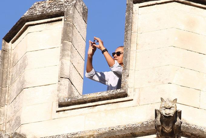 Ông Obama dùng điện thoại chụp ảnh khi khi đứng trên tầng cao nhấtPalais des Papes, một trong những cung điện gothic lớn nhất thế giới.