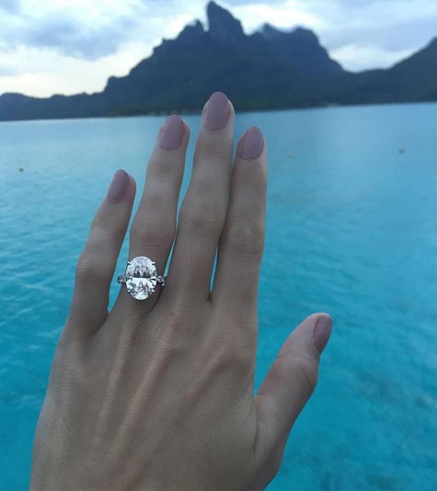 Trước đó trên Instagram hồi tháng 11/2017, Wozniacki chia sẻ nhẫn đính hôn từ ông xã tương lai.