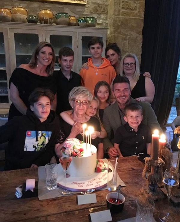 Vic cũng đăng ảnh sum họp gia đình bên chồng, đủ cả mẹ chồng, chị và em gái chồng cùng các cháu.