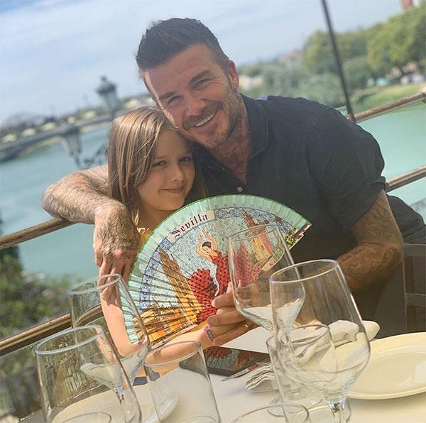Trên trang cá nhân, Becks viết: Bữa trưa ngon tuyệt ở Seville. Cảm ơn Seville đi kèm bức ảnh chụp với con gái cưng Harper.