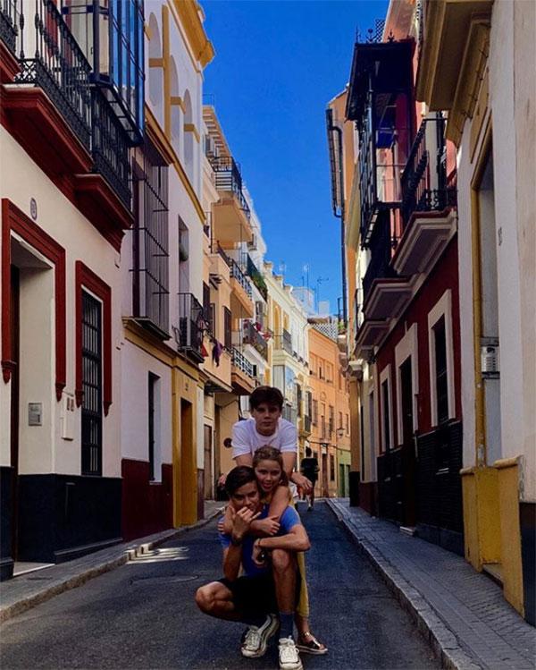 Ba con Becks tạo dáng chụp ảnh trên đường phố Seville, quê nhà của Ramos và cũng là nơi diễn ra đám cưới của anh và MC Pilar Rubio hôm 15/6.
