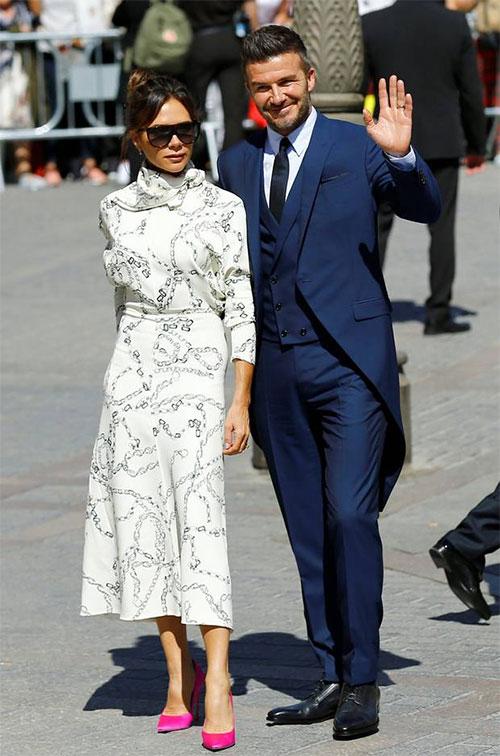 Vợ chồng cựu danh thủ Anh thu hút ống kính khi tới nhà thờ lớn ở Seville, nơi diễn ra ngày vui của đồng đội cũ.