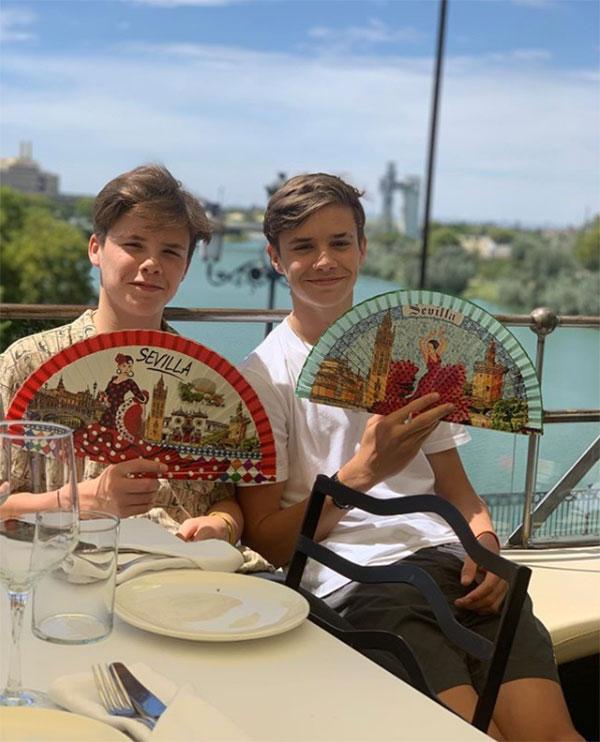 Cậu hai Romeo chia sẻ ảnh chụp bên em trai Cruz và khẳng định là fan cứng của Sevill