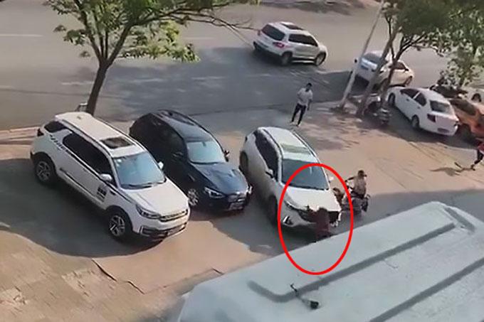 Tuy nhiên, người chồng không dừng lại mà lái xe tông thẳng vào vợ trước sự chứng kiến của những người qua đường. Ảnh: AsiaWire.