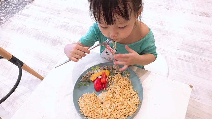 Khi Zinni (tên thật là Nguyễn Hoàng Thiên Di, hiện 3 tuổi)lớn hơn một chút và thích thú tìm hiểu về thế giới xung quanh, chị Hoàng Oanh đã cố gắng đưa hình ảnh vào thức ăn và dạy bé học dựa vào những bức tranh đặc biệt đó. Chị muốn với con gái mình, ăn là trải nghiệm và hạnh phúc.