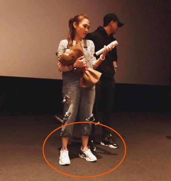 Cả hai còn thường xuyên mặc chung hai đôi giày cùng mẫu càng khiến fans nghi ngờ chuyện phim giả tình thật.