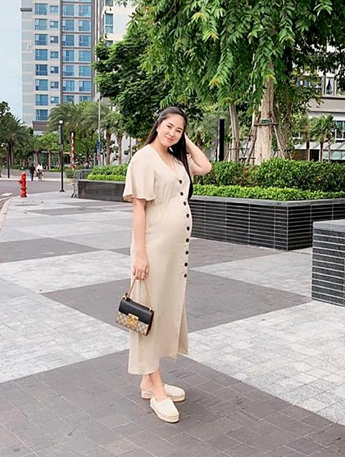 Mẹ bầu 7 tháng.Quá to, quá nguy hiểm, diễn viên Lê Phương chú thích về bức ảnh của mình.