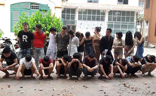 Nhóm thanh niên bị bắt quả tang trong phòng hát. Ảnh:Công an Hưng Yên.