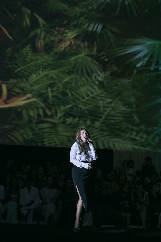 Phần 2 của chương trình còn mang đến nhiều cảm xúc lắng đọng bởi giọng hát giàu tình cảm của danh ca Thanh Hà.