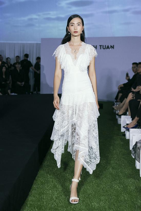 Các chất liệu cao cấp được nhà thiết kế hòa trộn cùng nhau để mang tới nhiều mẫu váy ứng dụng cho chị em công sở sành điệu.