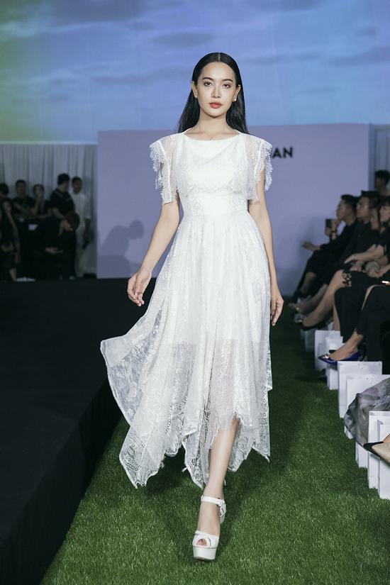 Váy ren bay bổng, mềm mai để càng nàng đón thu là sản phẩm được nhà mốt lăng xê rất nhiều trong đêm diễn 16/6.