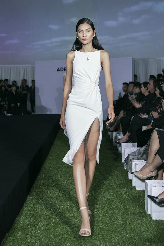 Các mẫu váy trắng liền thân, mang tính ứng dụng cao được xử lý kỹ lưỡng về phần tạo phom, tạo điểm nhấn sexy.