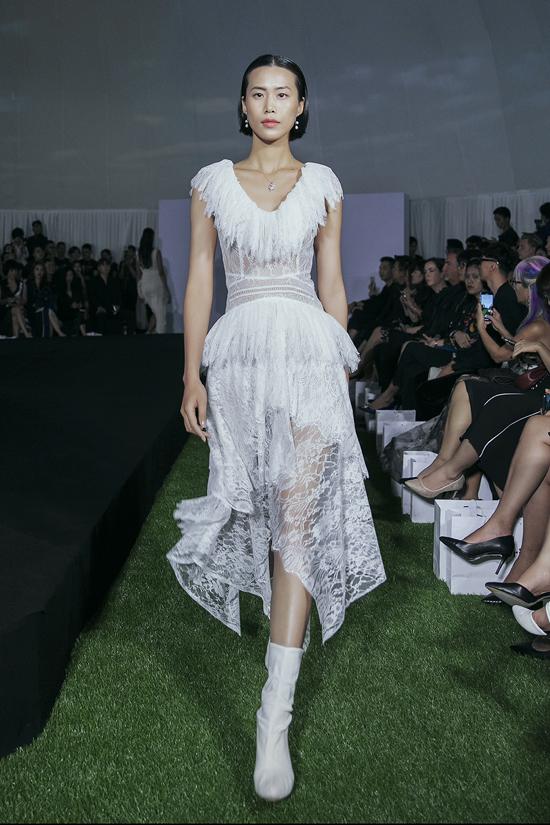 Với hơn 50 thiết kế ở bộ sưu tậpPre-Fall 2019 với tên gọi Dazed - Ngẩn Ngơ, Adrian Anh Tuấn lấy cảm hứng từ vẻ đẹp của người phụ nữ hiện đại, với rất nhiều các trang phục đơn sắc trong gam màu trắng đen cổ điển.
