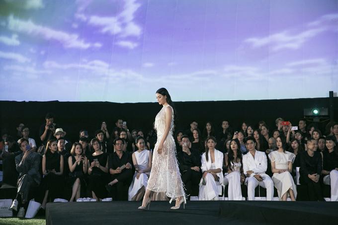 Sau một thời gian dài, nhà thiết kế Adrian Anh Tuấn đã tái ngộ giới mộ điệu Sài Thành cùng show diễn Dazed – Ngẩn Ngơ tổ chức tối 16/6. Phương Khánh là nàng thơ mới và gây sức hút trên sàn diễn nhờ bộ cánh tôn nét quyến rũ.