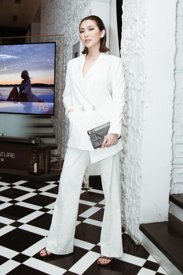 Tường Linh cá tính cùng suit trắng - phong cách được các fashionista thế giới ưa chuộng ở mùa mốt 2019.