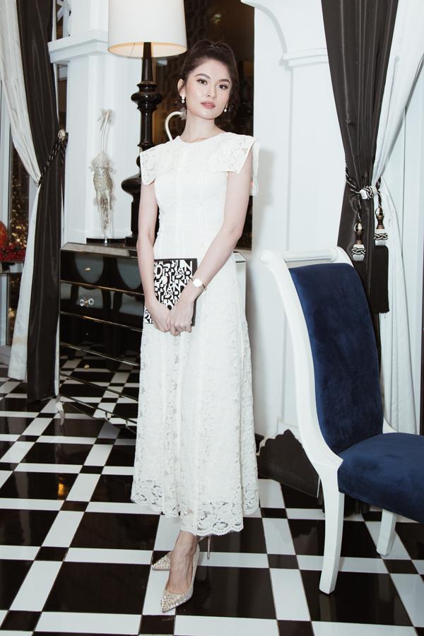 Á hậu Thùy Dung chọn mẫu váy hoa ren xinh xắn để đến theo dõi show diễn của Adrian Anh Tuấn.