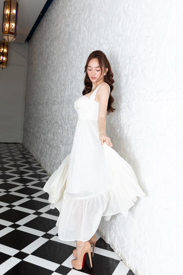 Katy Nguyễn nhẹ nhàng cùng thiết kế váy hai dây trên tông trắng.