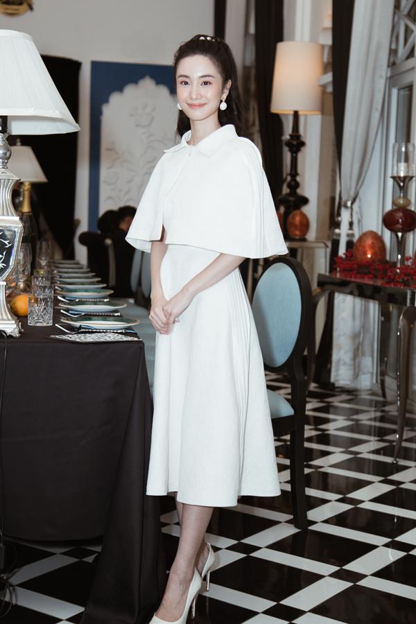 Jun Vũ với hình tượng tiểu thư thanh lịch trong thiết kế váy trắng đi kèm áo cape sang trọng.