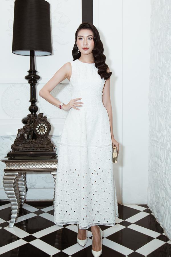 Thúy Ngân diện váy hợp mốt mùa hè để trẩy hội cùng các người đẹp nổi tiếng của showbiz Việt.