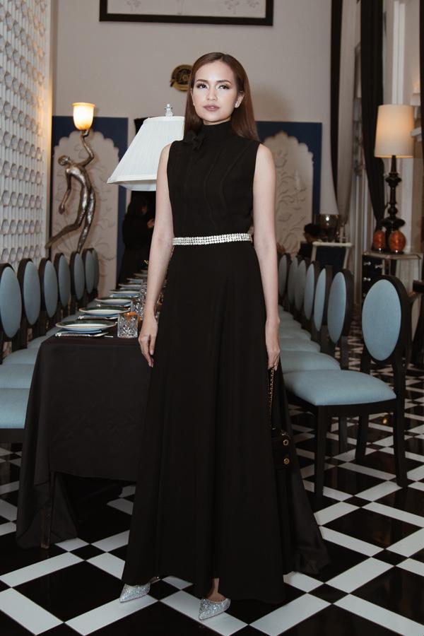 Ngọc Châu chọn phụ kiện ngọc trai và giày ánh kim để tạo điểm nhấn cho mẫu váy sát nách tông đen.