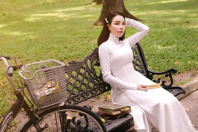 Trà Ngọc Hằng thướt tha trong tà áo dài trắng.